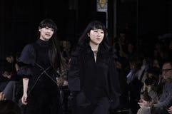 Passeggiate di Hanako Maeda R del progettista la pista alla sfilata di moda di Adeam fotografie stock