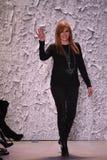 Passeggiate di Nicole Miller del progettista la pista alla manifestazione di Nicole Miller Fotografie Stock