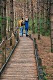 Passeggiate nel bosco di una coppia dei giovani con un ragazzino Fotografie Stock