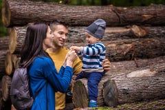 Passeggiate nel bosco di una coppia dei giovani con un ragazzino Fotografia Stock Libera da Diritti