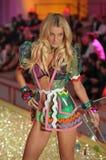 Passeggiate segrete del modello della sfilata di moda di Ictoria la pista durante la sfilata di moda 2010 di Victoria's Secret Fotografia Stock