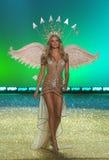Passeggiate segrete del modello della sfilata di moda di Ictoria la pista durante la sfilata di moda 2010 di Victoria's Secret Fotografie Stock Libere da Diritti