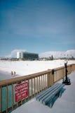 Passeio à beira mar, banco, e sinal na praia Foto de Stock Royalty Free