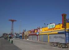Passeio à beira mar de Coney Island com salto de paraquedas no fundo Imagens de Stock Royalty Free