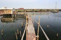 Passeio à beira mar de madeira da barraca da aldeia piscatória Imagem de Stock Royalty Free