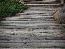 Passeio à beira mar de madeira no jardim Imagens de Stock Royalty Free