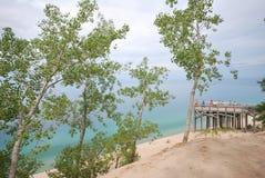 Passeio à beira mar de madeira que negligencia o Lago Michigan fotos de stock