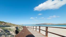 Passeio à beira mar e torre no La Pelosa Fotografia de Stock