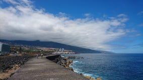 Passeio à beira mar litoral tenerife Fotos de Stock