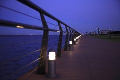 Passeio à beira mar na noite foto de stock