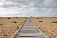 Passeio à beira mar na praia de Lydd, Dungeness, Kent, Reino Unido fotografia de stock royalty free