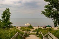 Passeio à beira mar que conduz ao dia da praia do ipperwash, o nebuloso e o chuvoso fotos de stock royalty free