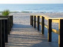 Passeio à beira mar que conduz para encalhar Fotos de Stock Royalty Free