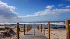 Passeio à beira mar sobre as dunas de areia que conduzem ao mar em uma manhã bonita e relaxando da praia em Gaia, Porto, Portugal imagem de stock royalty free
