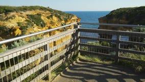 Passeio à caverna do trovão em doze apóstolos em Austrália no verão filme