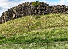 Passeio abaixo dos penhascos de Salisbúria, parque de Holyrood, Edimburgo imagens de stock