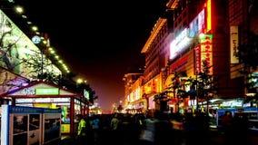 Passeio ao longo da rua de Wangfujing em nigh video estoque