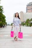 Passeio asiático do saco de compras da mulher Foto de Stock