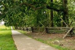 Passeio através do campo ao lado da cerca de trilho rachado Imagens de Stock