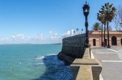 Passeio à beira mar de Cadiz, parque de Genoves, a Andaluzia, Espanha Fotografia de Stock Royalty Free