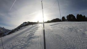 Passeio com nádegas em uma inclinação no Pirenaico, França do esqui vídeos de arquivo
