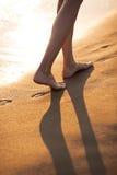 Passeio com os pés descalços na praia Fotografia de Stock