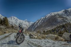 passeio da bicicleta em estradas da neve fotografia de stock royalty free