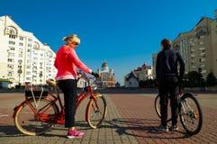 Passeio da bicicleta da família através dos lugares bonitos de Kiev, Ucrânia fotos de stock royalty free