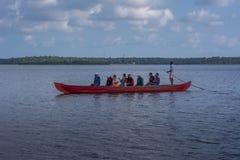 Passeio da canoa no lago Ashtamudi fotos de stock royalty free