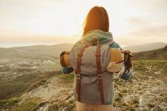 Passeio da mulher do caminhante exterior no por do sol fotografia de stock