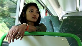 Passeio da mulher em um ônibus video estoque