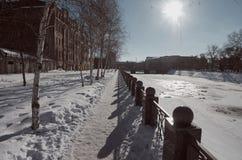 Passeio da noite do inverno Rio de Lopan Kharkiv ucrânia Fotografia de Stock