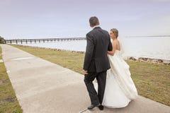 Passeio da noiva e do noivo Imagem de Stock Royalty Free
