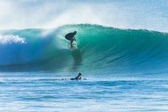 Passeio da onda do surfista mostrado em silhueta Fotos de Stock