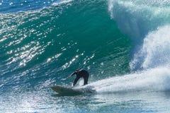 Passeio da onda do surfista mostrado em silhueta Foto de Stock