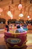 Passeio da rotação do potenciômetro de Hunny em Shanghai Disneylândia, China fotos de stock