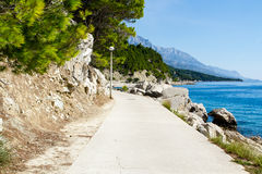 Passeio de Brela em Makarska Rivier, montanhas de Biokova na parte traseira Imagens de Stock Royalty Free