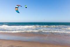 Passeio de Kiters nas ondas na praia de Mui Ne, Imagem de Stock Royalty Free