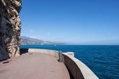 Passeio de Mônaco ao longo do mar Mediterrâneo fotografia de stock royalty free
