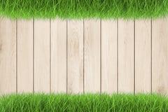 Passeio de madeira na grama verde Fotos de Stock