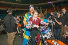 Passeio de Nick Franklin do cavaleiro de FMX uma motocicleta Foto de Stock
