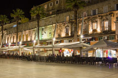 Passeio de Riva na noite split Croácia foto de stock