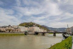 Passeio de Salzach em Salzburg, Áustria fotos de stock