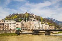 Passeio de Salzach em Salzburg, Áustria imagens de stock royalty free