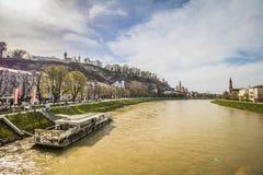 Passeio de Salzach em Salzburg, Áustria foto de stock