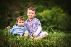 Passeio de sorriso pequeno de dois irmãos do menino da criança Fotografia de Stock Royalty Free