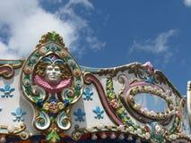 Passeio de viagem justo do circo do carnaval do vintage com cara e céu Imagem de Stock Royalty Free