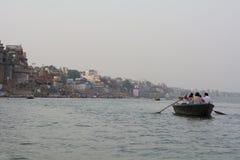 Passeio do barco da noite no Ganges River - o Varanasi fotografia de stock royalty free