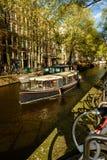 Passeio do barco da tarde através de Amsterdão Imagem de Stock