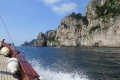 Passeio do barco na costa da ilha de Capri, Itália Foto de Stock